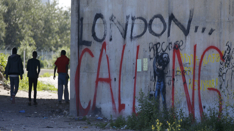 العثور على 7 مهاجرين داخل شاحنة أعلاف في فرنسا!