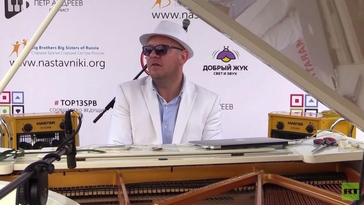 عازف بيانو روسي يؤدي حفلة ماراثون خيرية