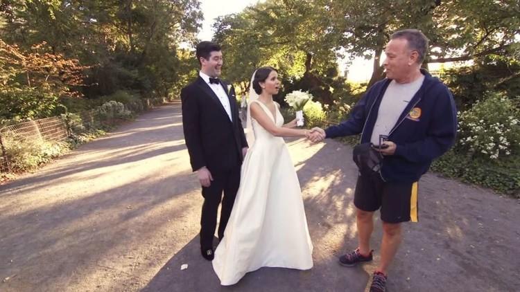 توم هانكس يفاجئ عروسين في حديقة عامة