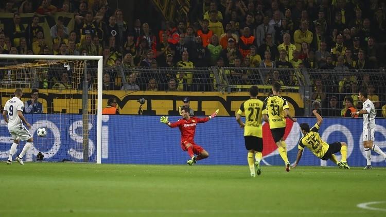 رونالدو يطلب من مصور الملعب رؤية هدفه الملغي