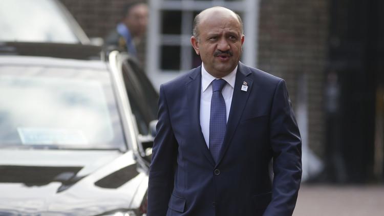 وزير الدفاع التركي يتفقد قواته عند الحدود مع سوريا