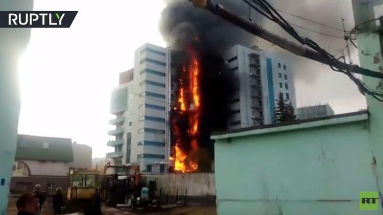 مصرع شخص بحريق هائل داخل مبنى شاهق في أوفا