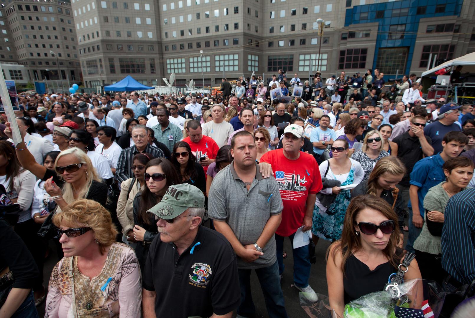 أفراد لعائلات ذوي ضحايا هجمات 11 سبتمبر في مراسم ذكرىها الـ10 بنيويورك