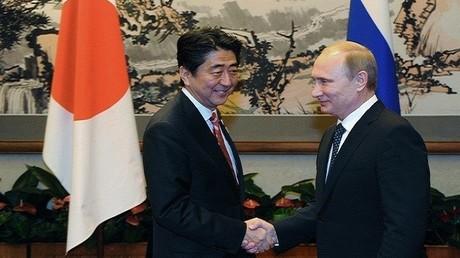 الرئيس الروسي فلاديمير بوتين ورئيس الوزراء الياباني شينزو آبي - أرشيف