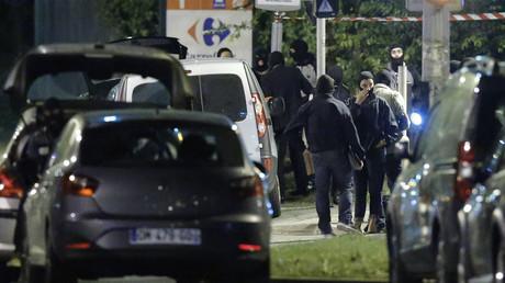 عملية مداهمة للشرطة الفرنسية في ضواحي باريس