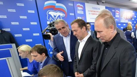 الرئيس الروسي فلاديمير بوتين مع رئيس الوزراء دميتري ميدفيديف وإلى اليمين سيرغي نيفيروف سكرتير المجلس العام لحزب