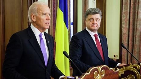 الرئيس الأوكراني بيترو بوروشينكو ونائب الرئيس الأمريكي جو بايدن