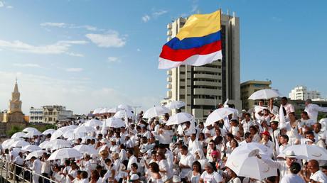 """حشد تجمع في مدينة قرطاجنة الكولومبية لمشاهدة التوقيع على اتفاق السلام بين رئيس البلاد وزعيم حركة """"فارك"""""""