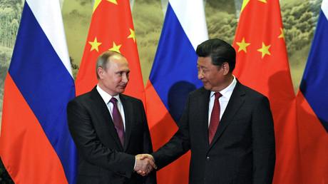 فلاديمير بوتين ونظيره الصيني شي جين بينغ يتصافحان أثناء زيارة الرئيس الروسي إلى بكين - 25/06/2016