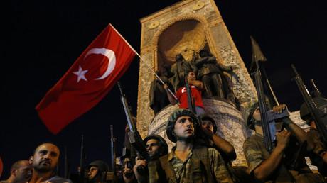 عسكريون أتراك في ميدان تقسيم باسطنبول في ليلة محاولة الانقلاب على السلطة