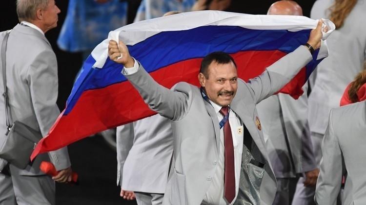 البيلاروسي رافع علم روسيا في بارالمبياد يحصل على شقة كهدية