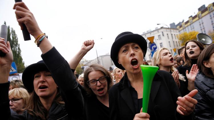 نساء بولندا يهددن بوقف العلاقة الحميمة مع الرجال