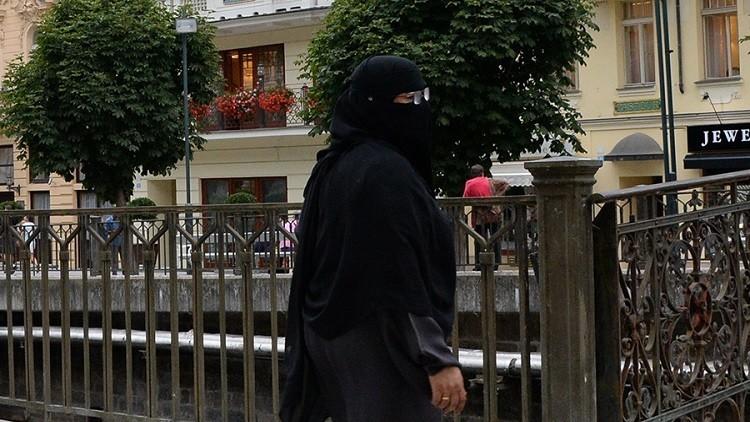 صدمة في لندن بعد نزع حجاب امرأة بالقوة!