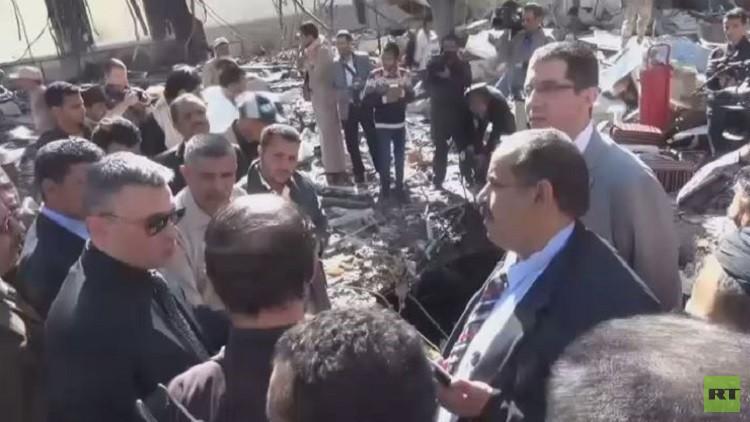السفير الروسي يزور موقع مجزرة مجلس العزاء في صنعاء