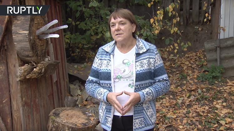 بالفيديو.. شبيهة ميركل بطلة العالم الروسية في رمي السكاكين