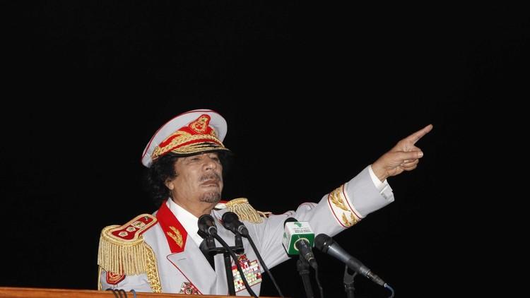 دقيقتان في الخلاء مع  القذافي