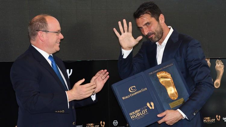 بوفون يفوز بجائزة القدم الذهبية