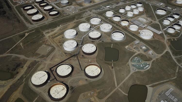 النفط يتراجع متأثرا بارتفاع المخزونات الأمريكية