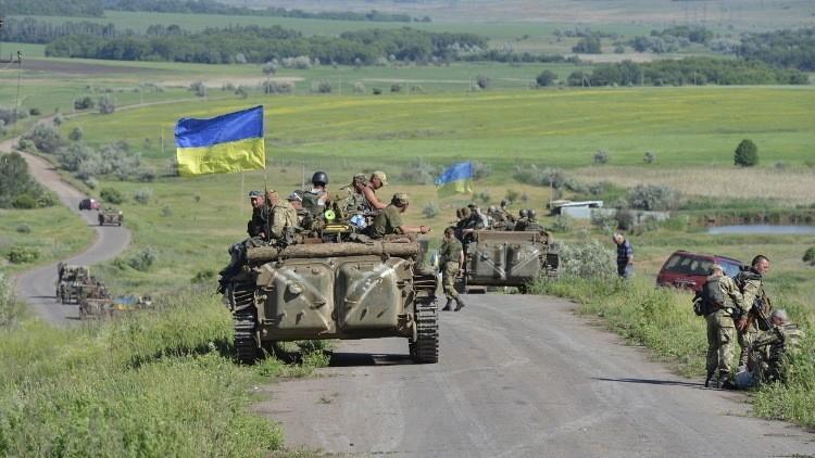 القوات الأوكرانية تحشد الدبابات والمدفعية في دونباس