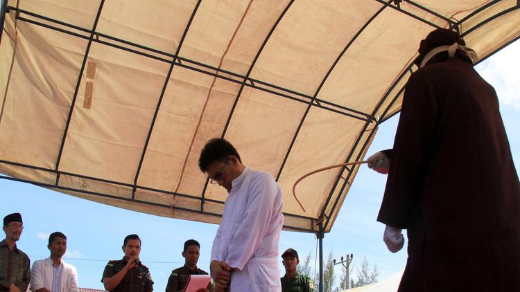 إندونيسيا.. تعزير 13 شخصا على الخلوة وتبادل القبل علنا