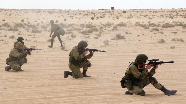 المظليون الروس والمصريون يتدربون على الاستطلاع