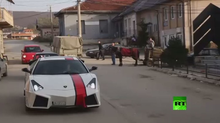 عاشق سيارات من إقليم كوسوفو يصنع