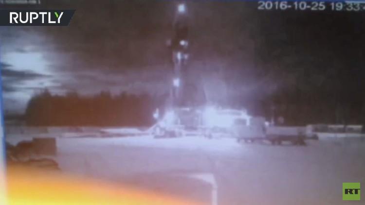 كاميرات المراقبة تسجل إضاءة مفاجئة في السماء وسقوط جسم غريب