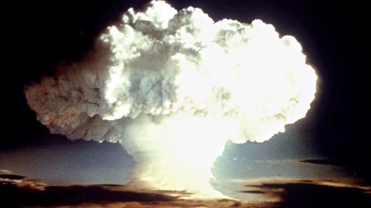 وكاد الجحيم النووي أن يفتح أبوابه على الأرض!