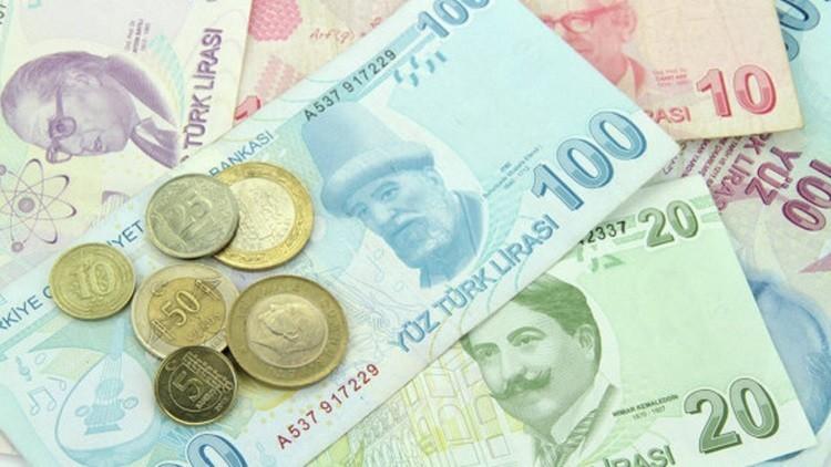 الليرة التركية تهوي أمام الدولار إلى مستوى قياسي
