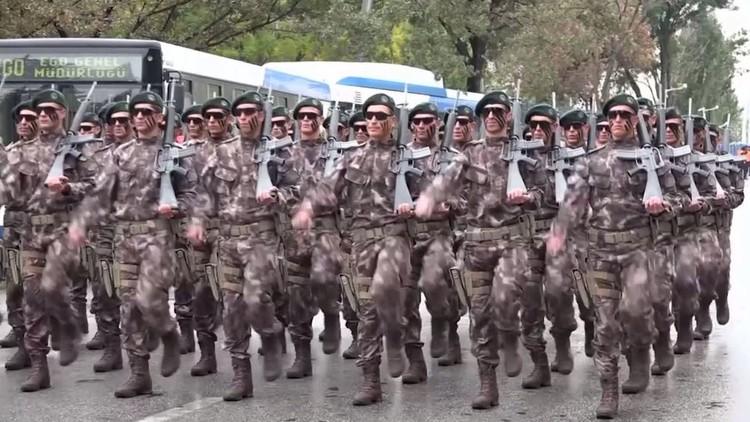 عرض عسكري في تركيا بمناسبة عيد الجمهورية