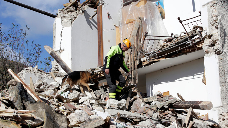 جرحى بزلزال إيطاليا.. ورينزي يتعهد بالإعمار