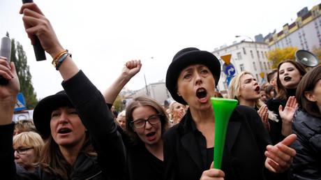 نساء بولندا يهددن الرجال