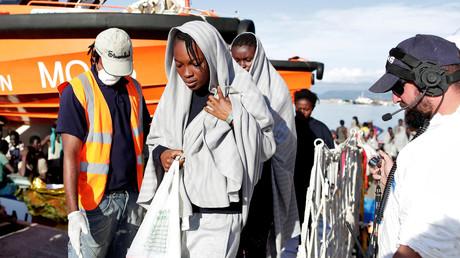خفر السواحل الإيطالي ينقذ آلاف المهاجرين غير الشرعيين قبالة السواحل الإيطالية