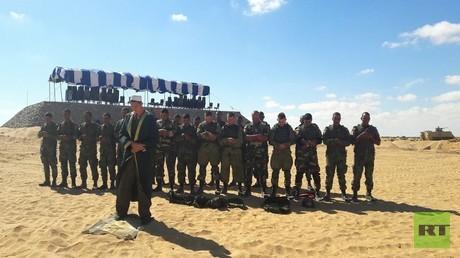 إمام القوات المظلية الروسية يؤم المصلين من الجنود المصريين والروس خلال صلاة الظهر عقب الانتهاء من التدريبات  ضمن مناورات