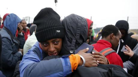 مهاجر إثيوبي يبكي خلال مغادرته مخيم كاليه