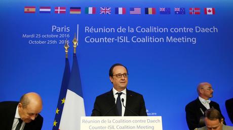 الرئيس الفرنسي فرانسوا هولاند يلقي كلمة في اجتماع وزراء دفاع التحالف الدولي ضد