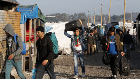 مهاجرون يغادرون مخيم كاليه