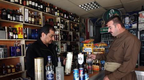 رجل يشتري مشروبات كحولية في أربيل (صورة أرشيفية)