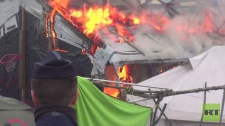 مخيم كاليه.. تفكيك وسط احتجاجات وحرائق