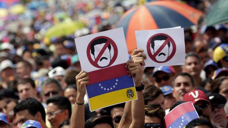 مشاركون في مسيرة احتجاجية في العاصمة الفنزويلية كاراكاس يدعون إلى إسقاط حكم الرئيس مادورو