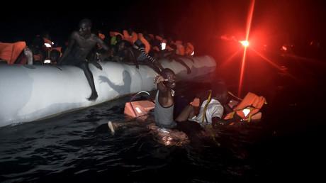 إنقاذ المهاجرين من قاربهم المطاطي