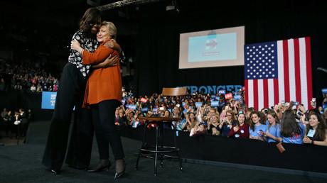 كلينتون وميشيل أوباما في أول ظهور مشترك في الحملة الانتخابية