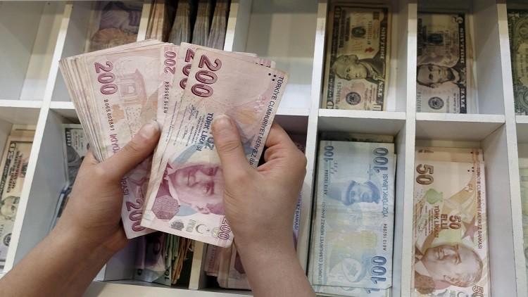 الليرة التركية تتراجع إلى مستوى قياسي منخفض