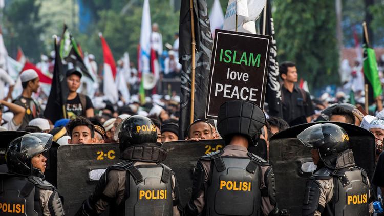 إصابة 160 متظاهرا و88 رجل أمن في تظاهرة جاكرتا ضد المحافظ المتهم بـ