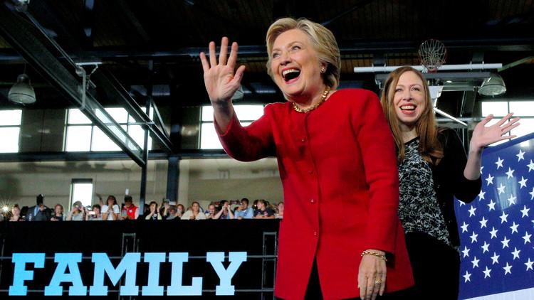 وسائل إعلام: مكتب التحقيقات اكتشف أن كلينتون كانت تحوّل الرسائل السرية إلى ابنتها!