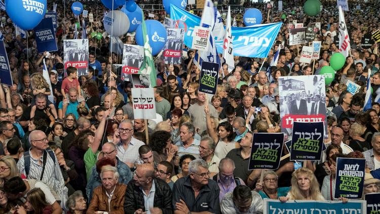 عشرات آلاف الإسرائيليين يتظاهرون في تل أبيب في ذكرى اغتيال رابين
