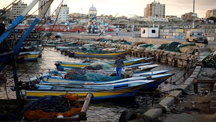 إسرائيل تجمد قرار توسيع مساحة الصيد في بحر غزة