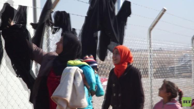 نساء يخلعن براقعهن عند دخول مخيم الخازر