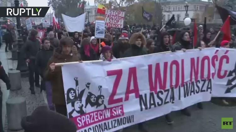 قوميو بولندا يحرقون العلم الأوكراني وشعار