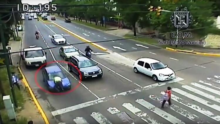 بالفيديو.. سيدة تجر شرطيا في الشارع لمسافة نصف كيلومتر!